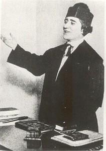Clara Campoamor, con toga y birrete, interviniendo en un juicio. Principios del S/XX